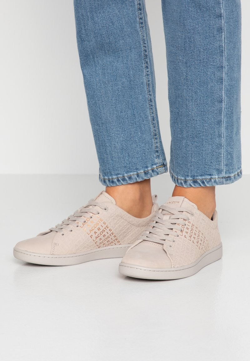 Lacoste - CARNABY EVO  - Sneakers laag - grey/gold