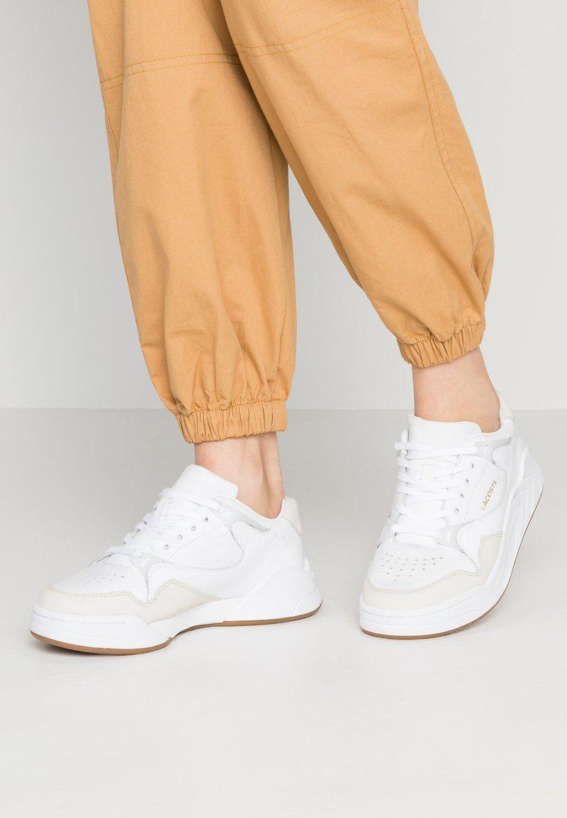 Lacoste - COURT SLAM  - Sneakersy niskie - white/gum