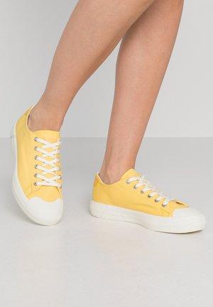 GRIPSHOT 220 - Sneakersy niskie - yellow/offwhite