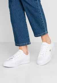 Lacoste - ZIANE PLUS GRAND - Sneakers laag - white - 0