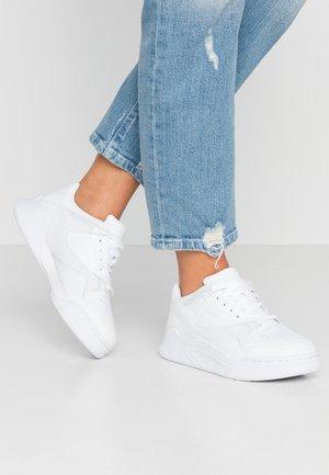 COURT SLAM - Baskets basses - white