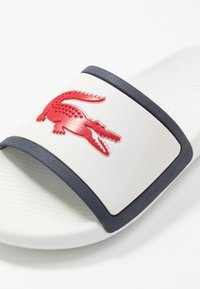 Lacoste - CROCO SLIDE - Badesandale - white/navy/red - 5