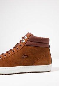 Lacoste - STRAIGHTSET INSULAC - Zapatillas altas - brown/offwhite - 5