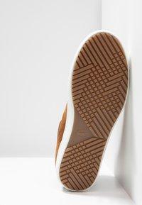 Lacoste - STRAIGHTSET INSULAC - Zapatillas altas - brown/offwhite - 4
