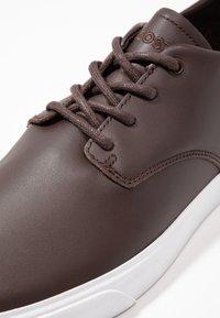Lacoste - ESPARRE - Sneakersy niskie - dark brown/white - 5