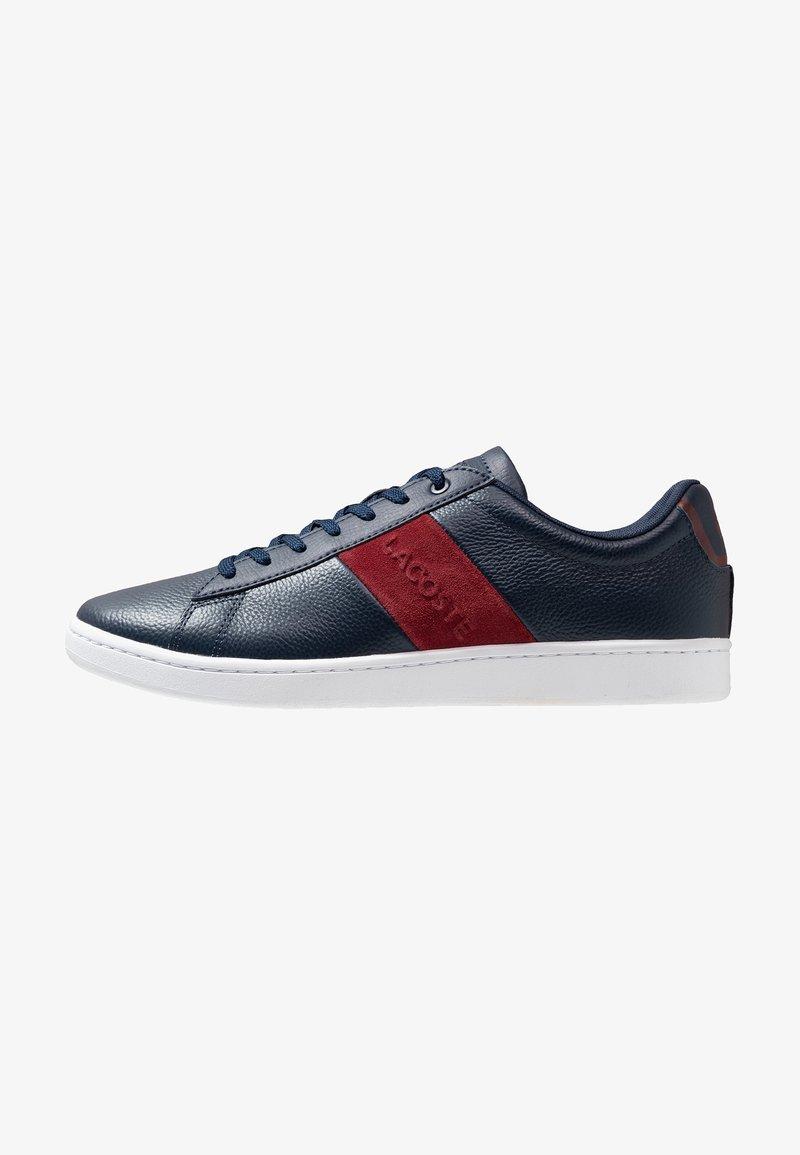 Lacoste - CARNABY EVO - Sneakersy niskie - navy/dark red