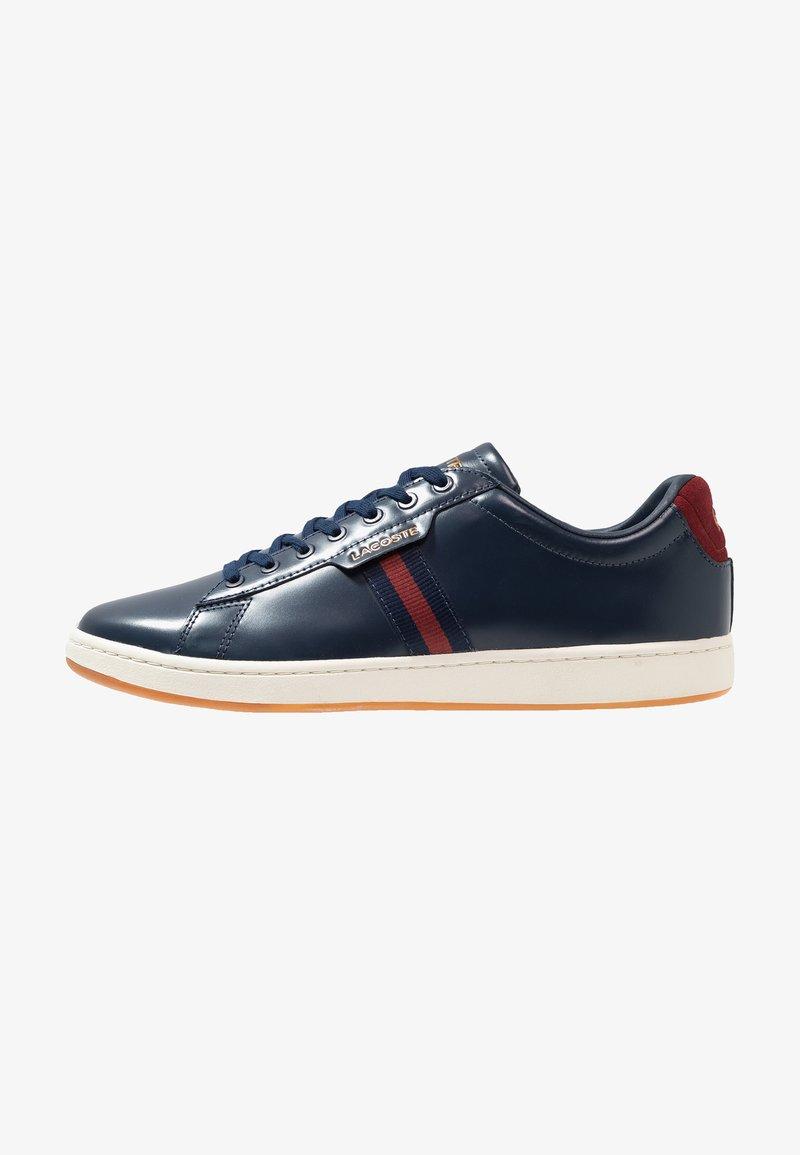 Lacoste - CARNABY EVO - Sneakers laag - navy/dark red