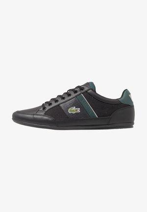 CHAYMON - Matalavartiset tennarit - black/dark green