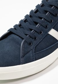 Lacoste - SIDELINE - Sneakersy niskie - navy/offwhite - 5