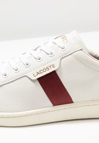 Lacoste - CARNABY EVO - Joggesko - white/dark red - 5