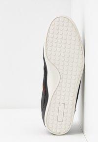 Lacoste - CHAYMON - Sneakersy niskie - black/dark brown - 4