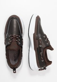 Lacoste - GENNAKER - Zapatos con cordones - black/dark brown - 1
