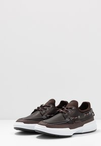 Lacoste - GENNAKER - Zapatos con cordones - black/dark brown - 2