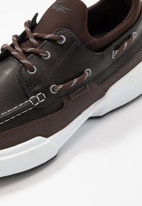 Lacoste - GENNAKER - Zapatos con cordones - black/dark brown - 5