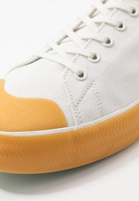 Lacoste - GRIPSHOT - Sneakersy niskie - offwhite - 5
