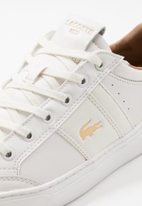 Lacoste - COURTLINE - Sneakers laag - white/gold - 5