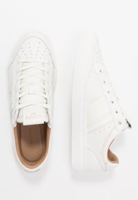 Lacoste - COURTLINE - Sneakers laag - white/gold - 1