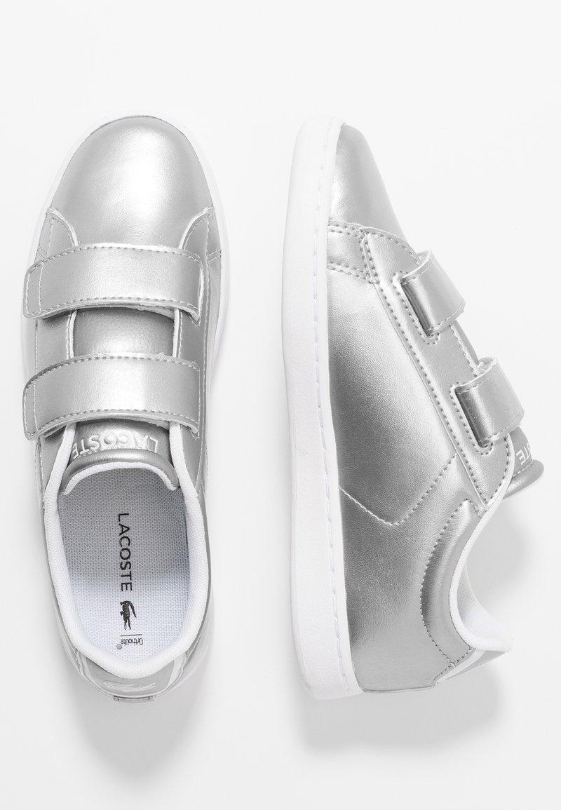Lacoste - CARNABY EVO STRAP - Matalavartiset tennarit - silver/white