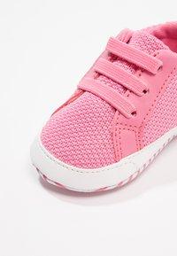 Lacoste - L.12.12 CRIB - Chaussons pour bébé - pink/white - 2
