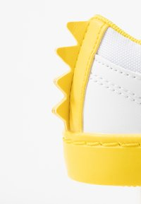 Lacoste - STRAIGHTSET  - Sneakers laag - white/yellow