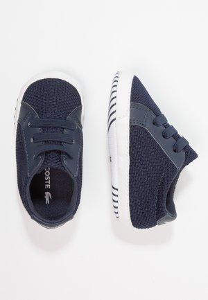 L.12.12 CRIB - Chaussons pour bébé - navy/white