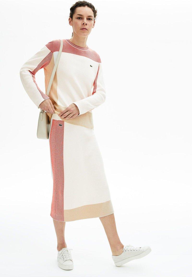 Lacoste - JF5609 - Jupe trapèze - blanc / marron clair / rouge