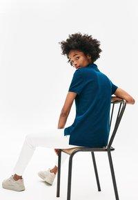 Lacoste - CLASSIC FIT DAMEN-POLOSHIRT AUS WEICHEM PETIT PIQUÉ - Polo shirt - blue - 1