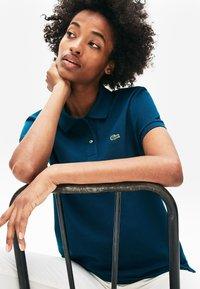 Lacoste - CLASSIC FIT DAMEN-POLOSHIRT AUS WEICHEM PETIT PIQUÉ - Polo shirt - blue - 0