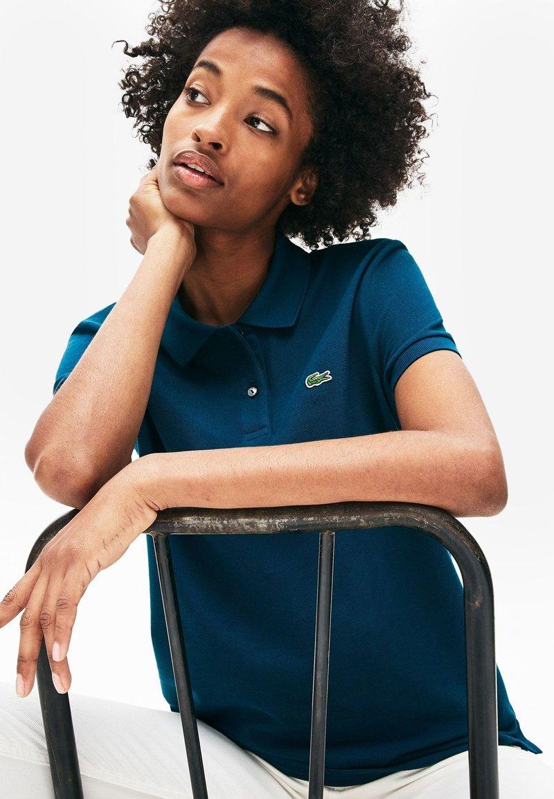 Lacoste - CLASSIC FIT DAMEN-POLOSHIRT AUS WEICHEM PETIT PIQUÉ - Polo shirt - blue