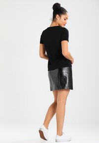 Lacoste - ROUND NECK CLASSIC TEE - Basic T-shirt - black - 2