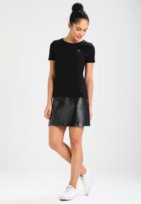 Lacoste - ROUND NECK CLASSIC TEE - Basic T-shirt - black - 1
