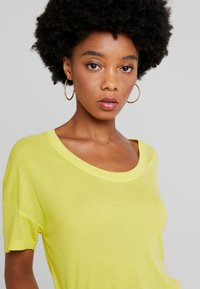 Lacoste - Basic T-shirt - midday yellow - 4