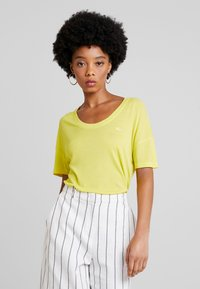 Lacoste - Basic T-shirt - midday yellow - 2