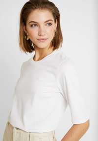 Lacoste - ROUND NECK CLASSIC TEE - T-shirts - white - 4