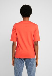 Lacoste - ROUND NECK CLASSIC TEE - T-shirts - energy red - 2