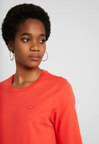Lacoste - ROUND NECK CLASSIC TEE - T-shirts - energy red - 4