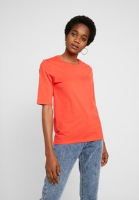 Lacoste - ROUND NECK CLASSIC TEE - T-shirts - energy red - 0