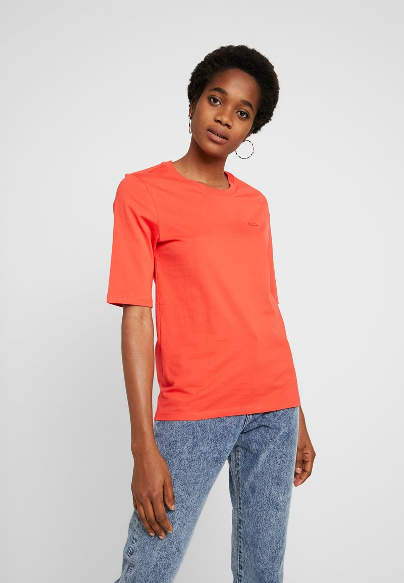 Lacoste - ROUND NECK CLASSIC TEE - T-shirts - energy red