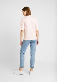 Lacoste - ROUND NECK CLASSIC TEE - Basic T-shirt - light pink - 2