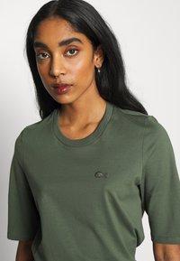 Lacoste - ROUND NECK CLASSIC TEE - T-shirt basique - aucuba - 4