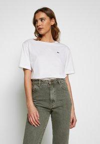 Lacoste - DAMEN RUNDHALS - Basic T-shirt - white - 0