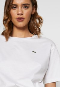 Lacoste - DAMEN RUNDHALS - Basic T-shirt - white - 5