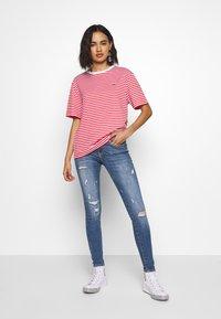 Lacoste - T-shirt imprimé - corrida/white - 1
