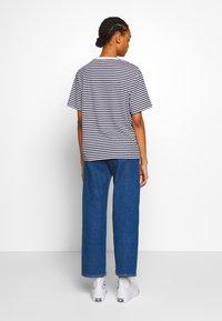 Lacoste - T-shirt imprimé - navy blue/white - 2