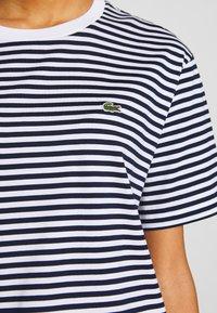 Lacoste - T-shirt imprimé - navy blue/white - 5