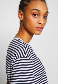 Lacoste - T-shirt imprimé - navy blue/white - 3
