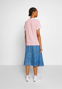 Lacoste - Print T-shirt - corrida/flour - 2