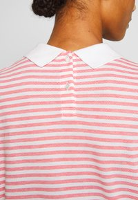Lacoste - Print T-shirt - corrida/flour - 5