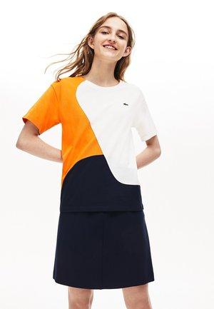TF9130-00-502 - T-shirt imprimé - navy blau / weiß / orange