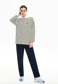 Lacoste - T-shirt à manches longues - blanc / bleu marine - 1